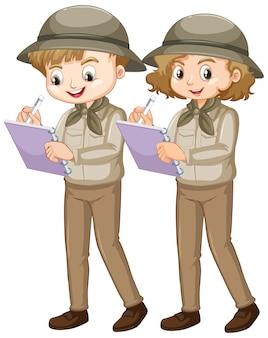 Menino e menina no safari escrevendo notas sobre fundo branco