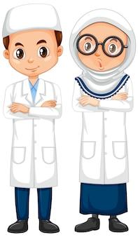 Menino e menina no vestido de ciência em pé no fundo branco