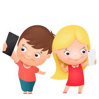 Menino e menina posando juntos e fazendo selfie