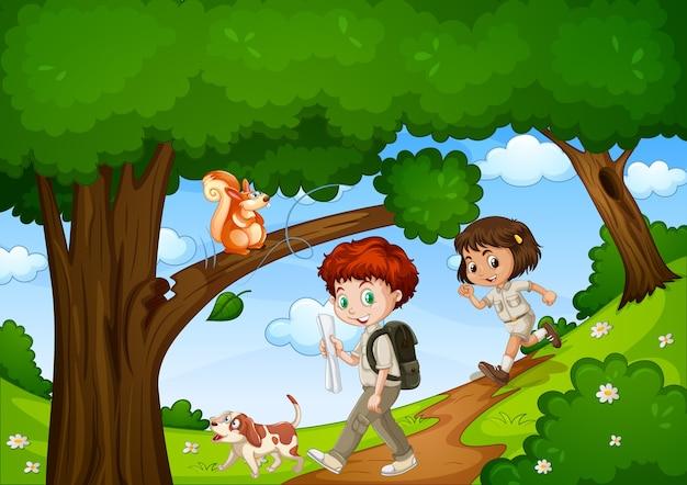 Menino e menina se divertem no parque com uma cena de animal fofa
