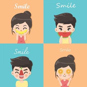 Menino e menina usam as curvas da fruta para representar um sorriso feliz.