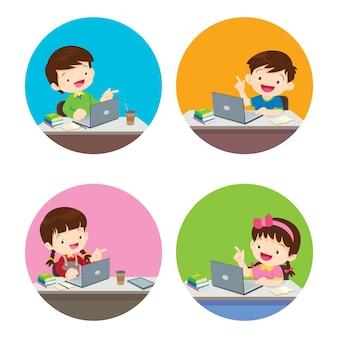 Menino e menina usando um gadget de tecnologia internamente