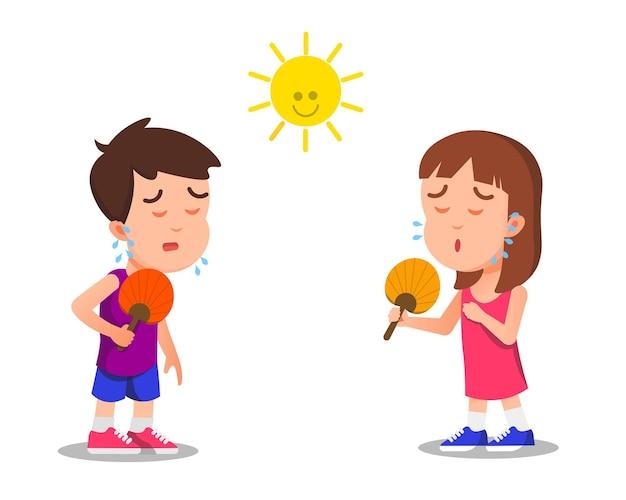 Menino e menina usando ventilador manual porque sentem calor