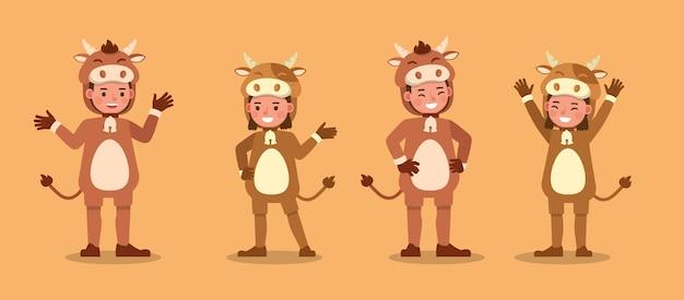 Menino e menina vestindo personagem de fantasias de vaca. apresentação em várias ações com emoções.