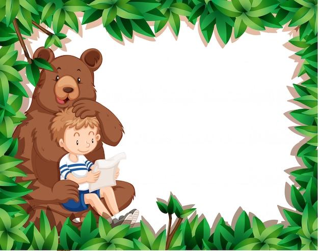 Menino e urso no quadro de natureza