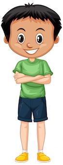 Menino em pé de camisa verde isolado
