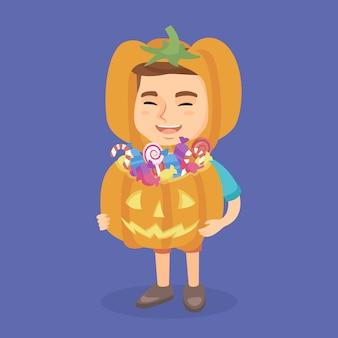 Menino em um traje de halloween com cesta de abóbora.