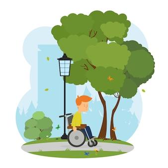 Menino em uma cadeira de rodas caminha em um parque da cidade