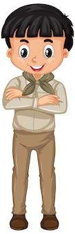 Menino em uniforme de escoteiro em pé no branco