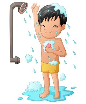 Menino engraçado tomando banho com chuveiro