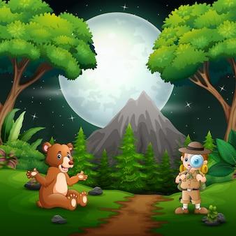 Menino explorador com um urso na cena noturna