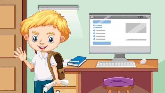 Menino feliz ao lado da mesa de estudo