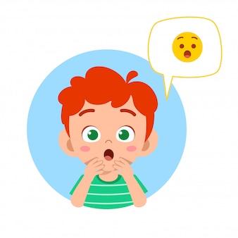 Menino feliz criança fofa com expressão emoji