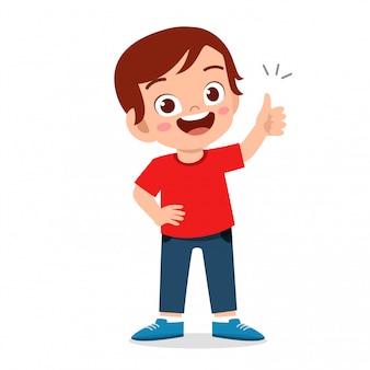Menino feliz criança fofa com o polegar para cima o sinal