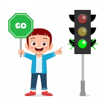 Menino feliz criança fofa com sinalização de trânsito