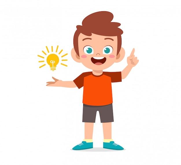 Menino feliz criança fofa segurando a idéia da lâmpada