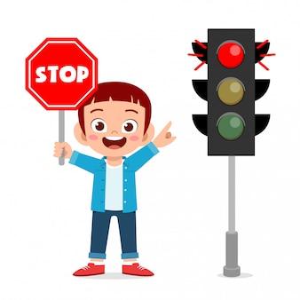 Menino feliz criança fofa segurando ilustração de sinal de trânsito