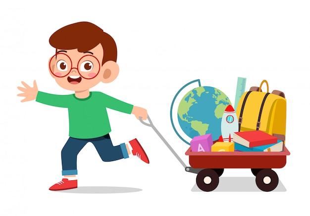 Menino feliz criança fofa trazer livro para a escola