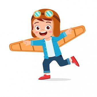 Menino feliz criança jogar papelão de avião de brinquedo
