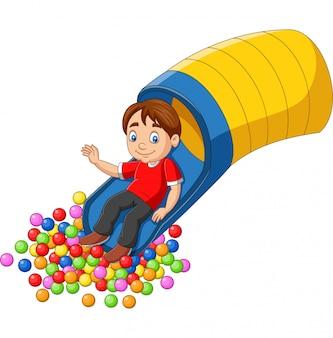 Menino feliz dos desenhos animados, brincando no playground