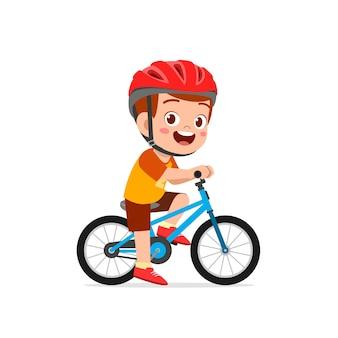 Menino feliz e fofo andando de bicicleta