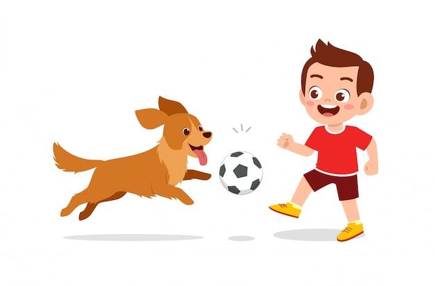 Menino feliz e fofo menina brincando com cachorro de estimação