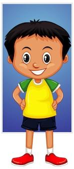 Menino feliz em camisa amarela