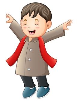 Menino feliz em roupas de inverno marrom