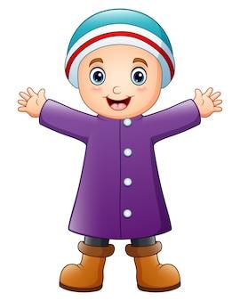 Menino feliz em roupas de inverno roxo Vetor Premium