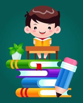 Menino feliz lendo um livro em uma pilha de livros