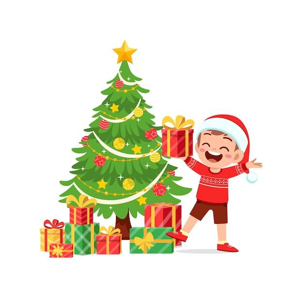 Menino feliz segurando um presente de natal