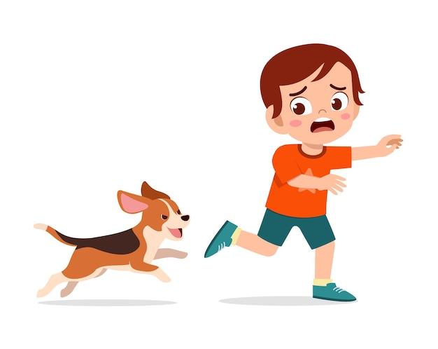 Menino fofo assustado porque foi perseguido por cachorro mau