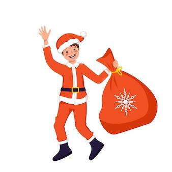 Menino fofo com rosto e olhos felizes em traje festivo de papai noel ou pai frost com saco de presentes para o natal, ano novo ou feriado de inverno