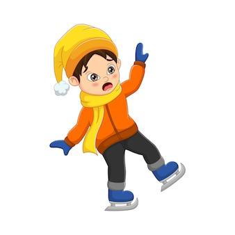 Menino fofo com roupas de inverno caiu patinando no gelo
