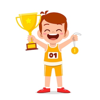 Menino fofo e feliz segurando uma medalha de ouro e um troféu