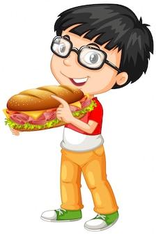 Menino fofo segurando sanduíche