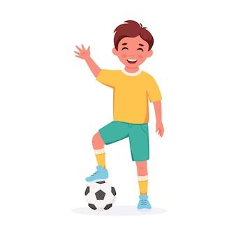 Menino jogando futebol atividades infantis ao ar livre