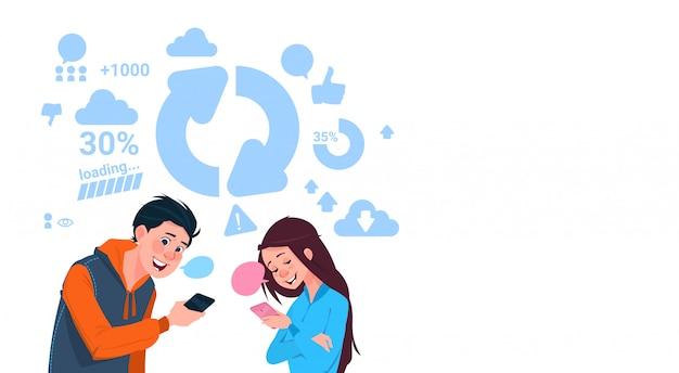 Menino jovem, e, menina, segurando, célula, esperto, telefones, upload, arquivos, social, mídia, comunicação, estilo vida