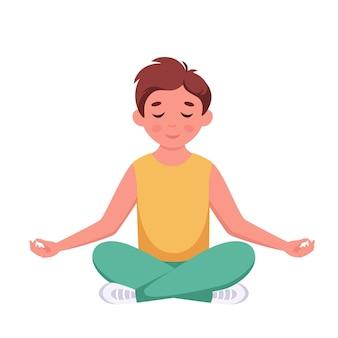 Menino meditando em pose de lótus meditação de ginástica para crianças