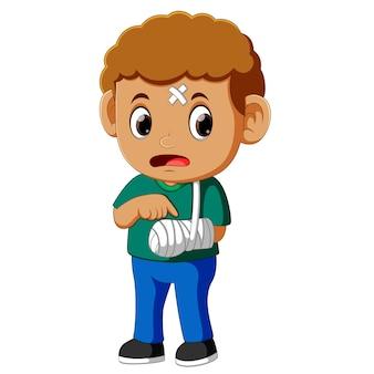 Menino mostrando um braço quebrado