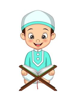 Menino muçulmano de desenho animado lendo o alcorão