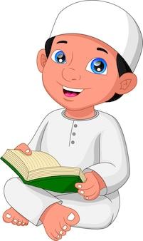 Menino muçulmano lendo alcorão