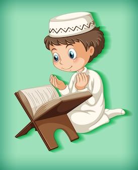 Menino muçulmano lendo do alcorão