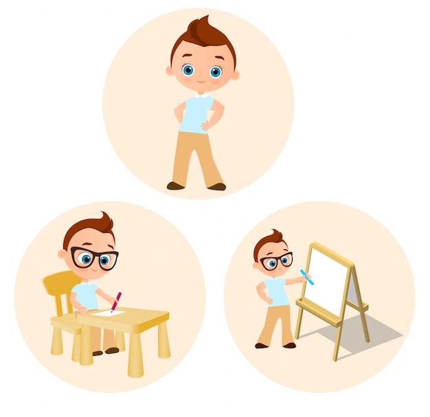 Menino novo ajustado - pinturas que sentam-se em uma mesa da escola, desenhando o whiteboard.