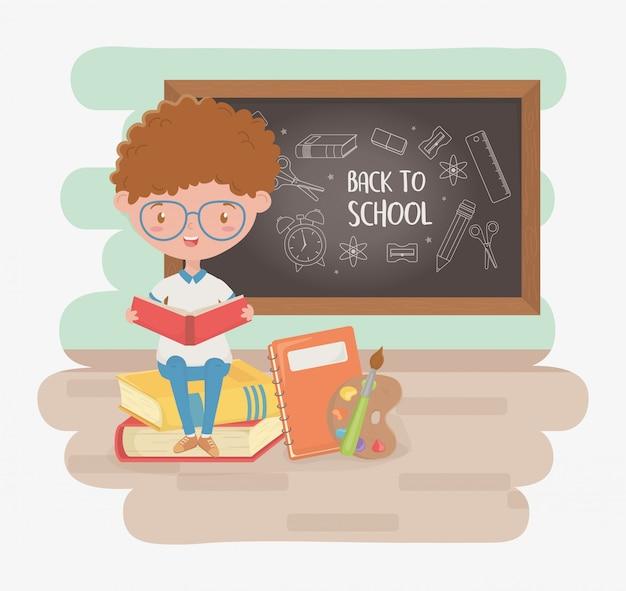 Menino pequeno estudante com lousa e material escolar