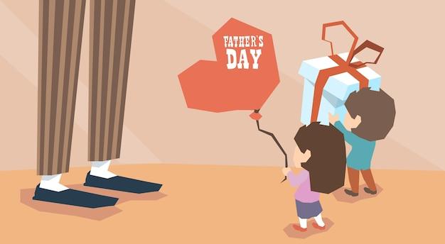 Menino pequeno, menina, dar, presente, adulto homem balão