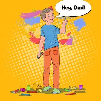 Menino pré-escolar de arte pop desenho na parede. criança alegre pintura com giz de cera no papel de parede.