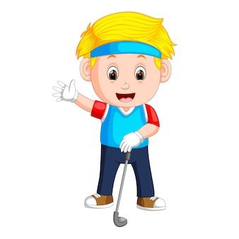 Menino profesional jogando golfe