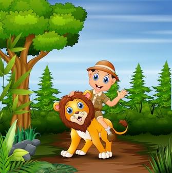 Menino safari com leão andando na selva
