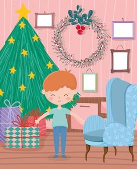 Menino sala de estar árvore grinalda sofá presentes quadros parede feliz natal